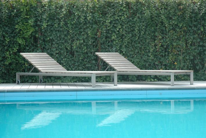 Op zoek naar een ligbed voor je terras of zwembad - Zwembad terras outs ...